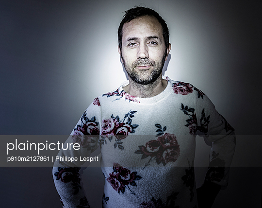 Man in pyjama with floral pattern - p910m2127861 by Philippe Lesprit