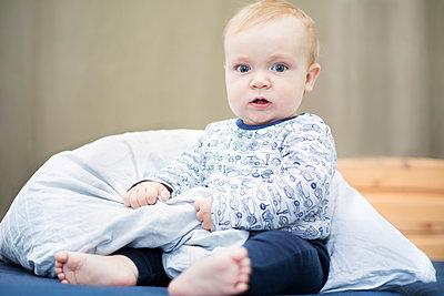 9 Monate altes Baby sitzt von allein - p1325m1497573 von Antje Solveig