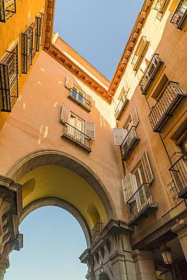 Tor zum Plaza Mayor Platz in Madrid - p1332m1502646 von Tamboly