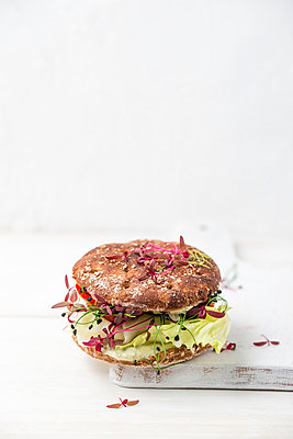 Veggie Burger, vegan, with salad, radish, tomato, rock chives - p300m1156752 by Mandy Reschke