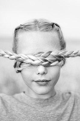 Porträt Mädchen mit Zöpfen - p552m2100563 von Leander Hopf