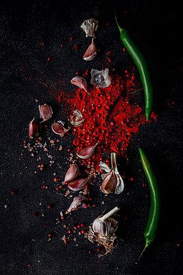 Garlic chili powder and green chili ingredients - p1166m2078068 by Cavan Images