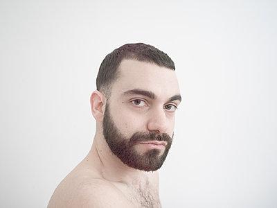 Porträt Mann mit Vollbart - p1267m2043243 von Wolf Meier