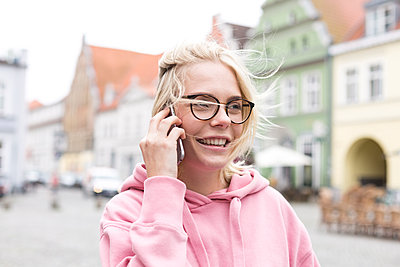 Portrait of blond woman using smartphone - p300m2140503 by Jean Schwarz