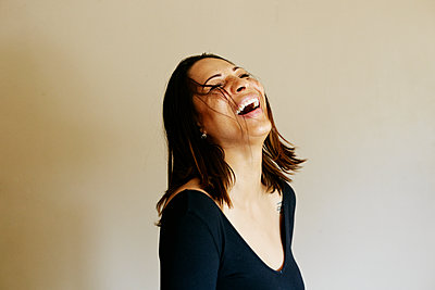 Close up of laughing mixed race woman - p555m1523161 by Peathegee Inc