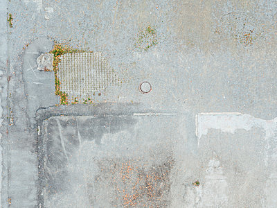 Gray backyard and manhole cover, aerial view - p586m1088254 by Kniel Synnatzschke
