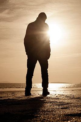 Mann am Meer - p597m2055249 von Tim Robinson