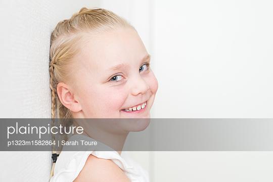 portrait of a young girl - p1323m1582864 von Sarah Toure