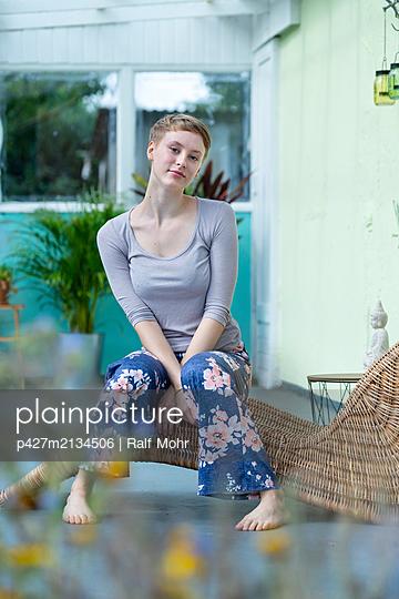 Junge Frau auf der Terrasse - p427m2134506 von Ralf Mohr