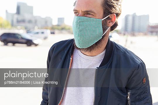 Germany, Hamburg, Man wearing face mask - p788m2184006 by Lisa Krechting
