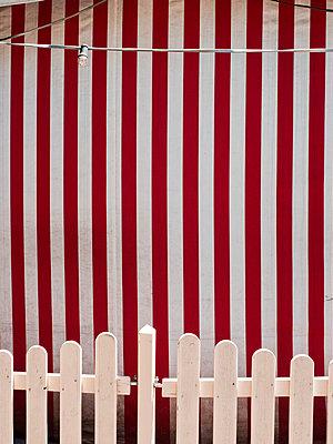 Zelt mit Streifen in Rot und Weiß - p318m1477360 von Christoph Eberle