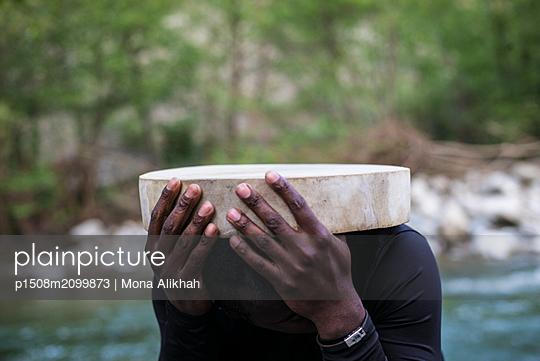 Man holding piece of wood - p1508m2099873 by Mona Alikhah