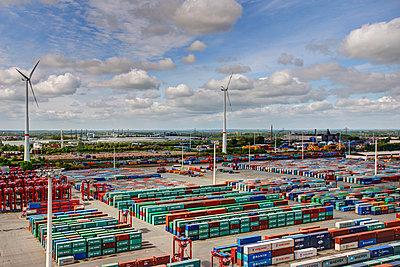 Containerterminal mit Windrädern - p1099m882892 von Sabine Vielmo