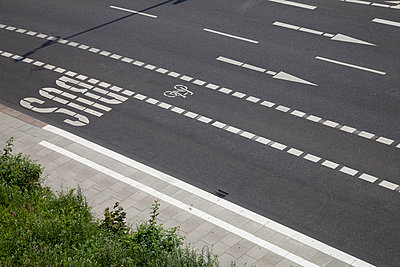 Germany, Hamburg, view of empty street with different road markings - p300m1047691f by Wilfried Wirth