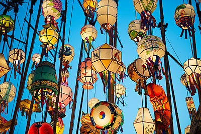 South Korea, Seoul, Lanterns lit up in the Buddhist temple of Jogyesa - p300m1587918 von Gemma Ferrando