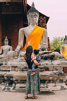 Thailand, Ayutthaya, back view of mother and little daughter visiting Wat Yai Chaya Mongkhon - p300m2005622 von Gemma Ferrando