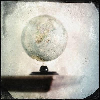 Ein Globus steht auf einem alten Holztisch - p586m962945 von Kniel Synnatzschke