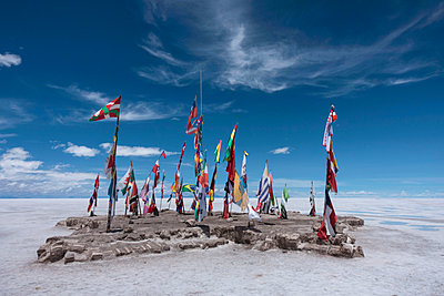 Display of various country flags on Uyuni Salt Flats, Salar de Uyuni, Uyuni, Bolivia. - p924m2196775 by Guido Cavallini