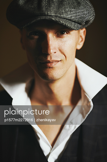 Man with beret, portrait - p1577m2272916 by zhenikeyev
