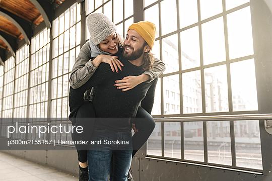 Happy young couple having fun at a subway station, Berlin, Germany - p300m2155157 by Hernandez and Sorokina