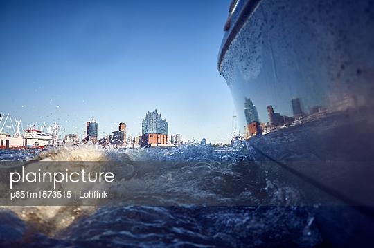 Blick auf Hamburg von der Wasserseite - p851m1573515 von Lohfink