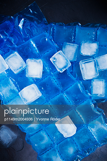Ice cubes - p1149m2004936 by Yvonne Röder