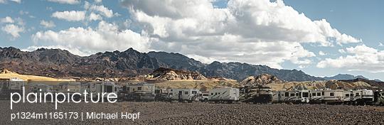 Wohnmobile Snowbirds im Death Valley National Park - p1324m1165173 von michaelhopf