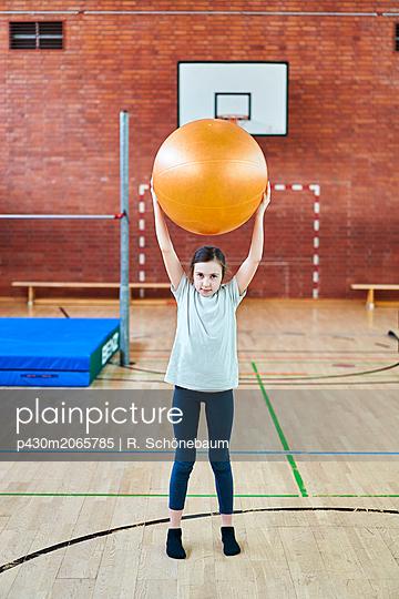 Mädchen mit Gymnastikball - p430m2065785 von R. Schönebaum
