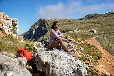 Young woman on hiking tour takes a break - p1355m1574173 by Tomasrodriguez
