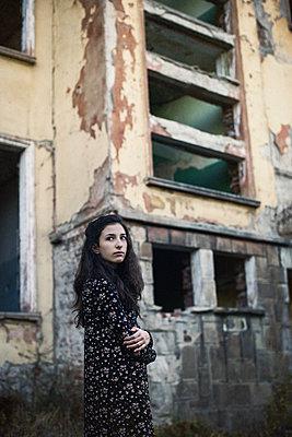 Mädchen vor einer Ruine - p1432m2148305 von Svetlana Bekyarova