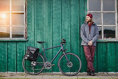 Pärchen mit Trekking-Bikes in Sankt Peter-Ording und am Westerhever Leuchtturm - p300m1416700 von Roger Richter