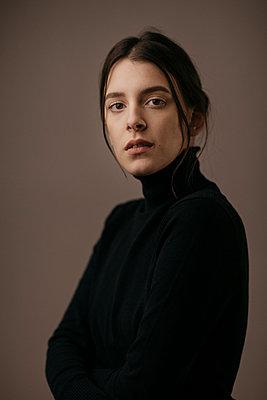 Portrait of a beautiful dark-haired woman - p300m2083091 von Alberto Bogo