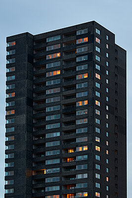 Illuminated high rise with apartments - p587m1155101 by Spitta + Hellwig