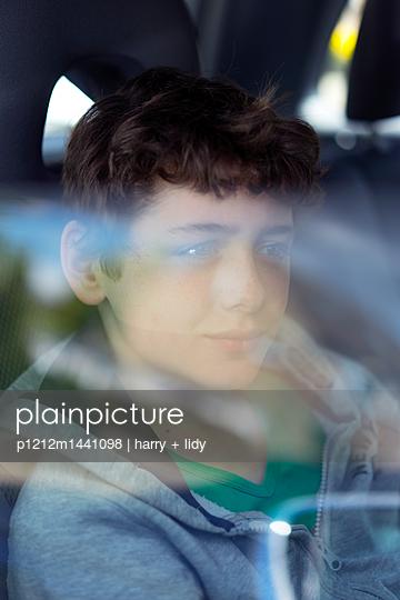 Junge im Auto - p1212m1441098 von harry + lidy