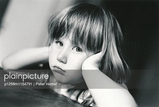Kleines Mädchen blickt trotzig - p1258m1154791 von Peter Hamel