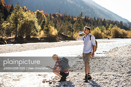 Austria, Alps, couple on a hiking trip having a break at a brook - p300m2081525 by Uwe Umstätter