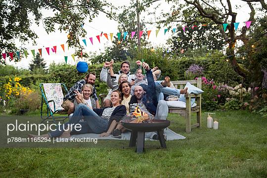 Freunde feiern eine Gartenparty - p788m1165294 von Lisa Krechting