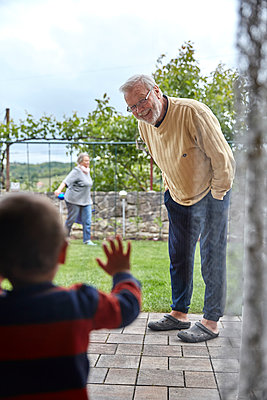 Grandsohn meets grandfather - p1146m2187838 by Stephanie Uhlenbrock