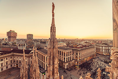 Italy, Lombardy, Milan, Milano Cathedral and Piazza del Duomo at sunset - p300m1581016 von A. Tamboly