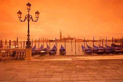 Gondeln in Venedig - p3300049 von Harald Braun