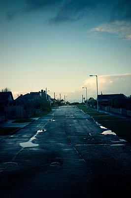 Dorfstraße nach dem Regen - p470m1134356 von Ingrid Michel