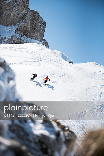 Zwei Skifahrer fahren Slalom im Neuschnee - p1142m2222974 von Frithjof Kjer