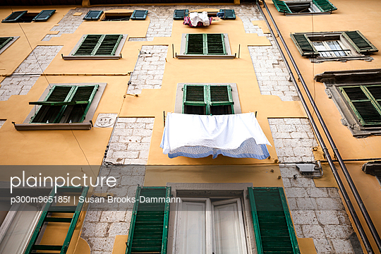 Italy, Tuscany, Pisa, house front with laundry - p300m965185f by Susan Brooks-Dammann