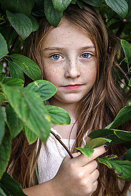 Little girl with freckles - p1019m1496301 by Stephen Carroll