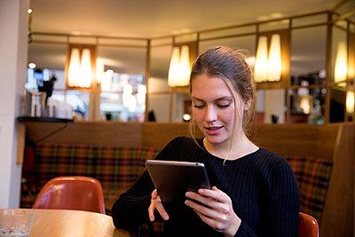 Junge Frau im Café - p1212m1200858 von harry + lidy