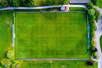 Germany, Baden-Wuerttemberg, Rems-Murr-Kreis, Aerial view of football ground - p300m1587966 by Stefan Schurr