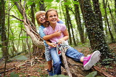 Children hugging in forest - p300m2180033 by Stefanie Aumiller