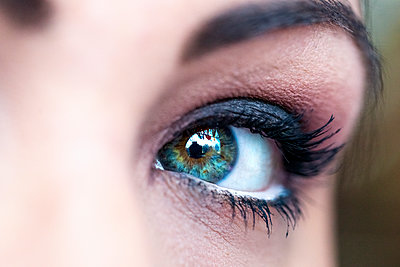 Germany, Green eye of young woman wearing mascara - p300m2199422 by pure.passion.photography