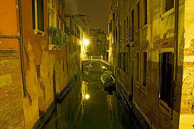 Night in Venice - p726m2044490 by Katarzyna Zommer