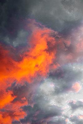 Dramatischer Himmel - p975m2057371 von Hayden Verry